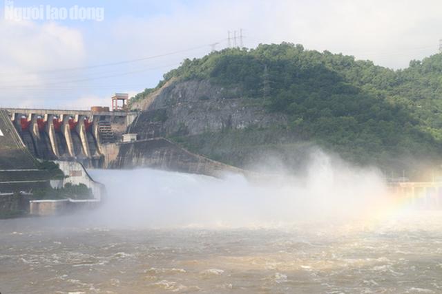 CLIP: Thủy điện Hòa Bình mở cửa xả lũ, nước tung bọt trắng xóa  - Ảnh 6.