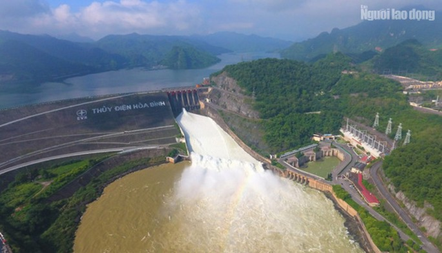 CLIP: Thủy điện Hòa Bình mở cửa xả lũ, nước tung bọt trắng xóa  - Ảnh 10.