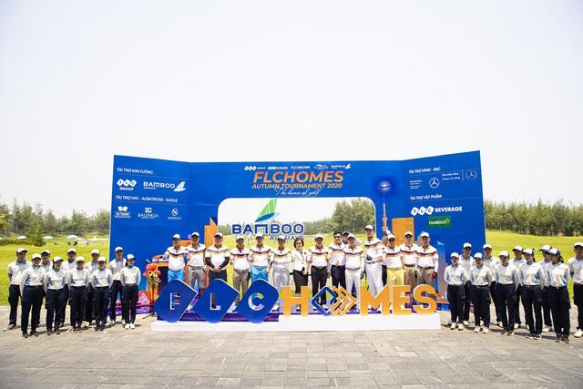 Golfer Việt may mắn ghi hold-in-one 10 tỷ đồng ngay sau lễ khai mạc giải, vẫn còn 12 xe Mercedes đang tìm chủ nhân - Ảnh 3.