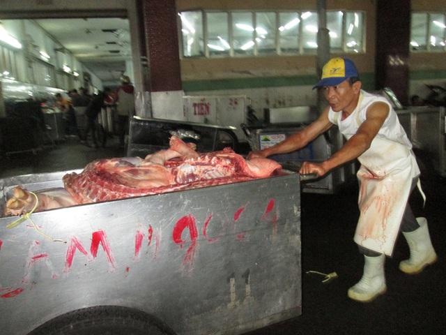 Giá thịt heo bất ngờ tăng sau khi giảm xuống thấp nhất 3 tháng qua - Ảnh 1.