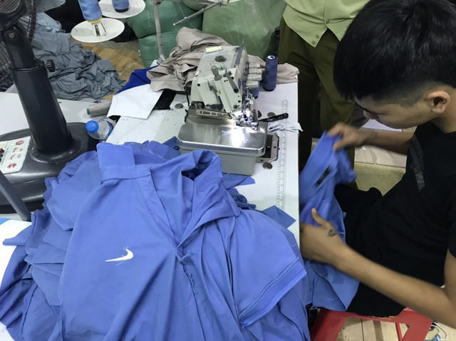 Triệt phá công ty may đang gia công hàng nghìn sản phẩm giả thương hiệu Adidas, Nike, Gucci, Lacoste - Ảnh 1.