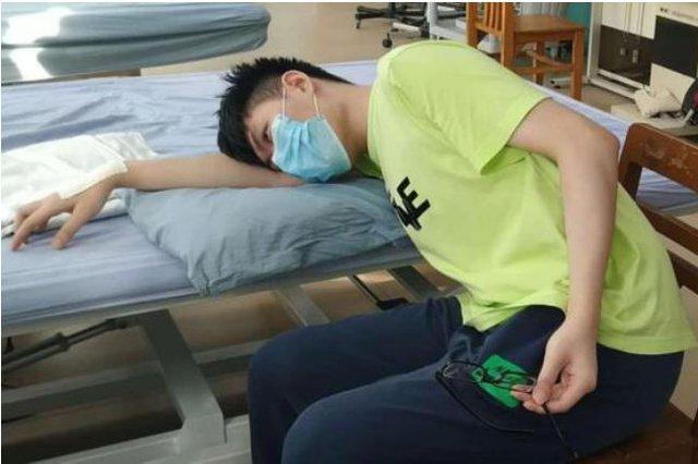 """Chàng trai 22 tuổi suýt """"liệt tay"""" sau khi ngủ gục trên bàn: Bác sĩ cảnh báo đây là nguy hiểm từ thói quen ngủ của nhiều người làm văn phòng - Ảnh 1."""