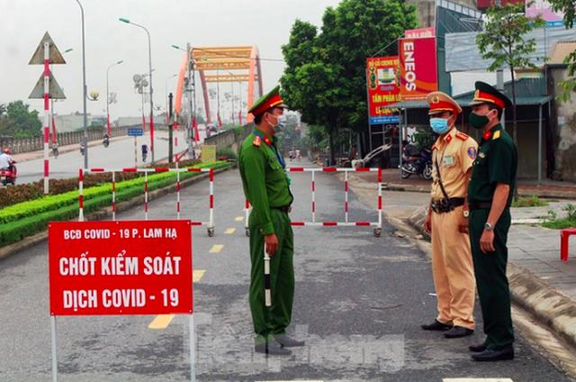 Bệnh nhân ở Hà Nam bất ngờ dương tính SARS-CoV-2 khi sắp xuất viện - Ảnh 2.