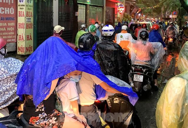 Ngày đầu tuần mưa lớn, nhiều tuyến phố Hà Nội ùn tắc dài - Ảnh 1.