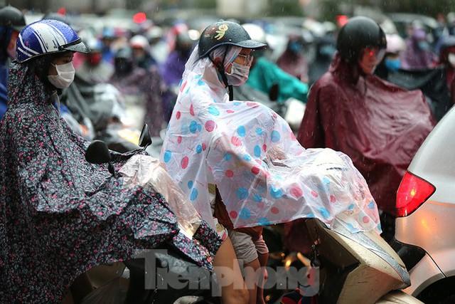 Ngày đầu tuần mưa lớn, nhiều tuyến phố Hà Nội ùn tắc dài - Ảnh 2.