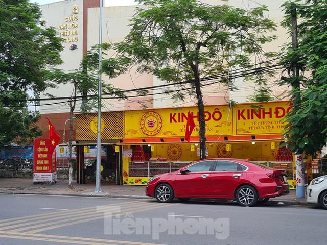 Hàng loạt tuyến phố ở Hải Phòng bị chiếm dụng bày bán bánh trung thu - Ảnh 2.