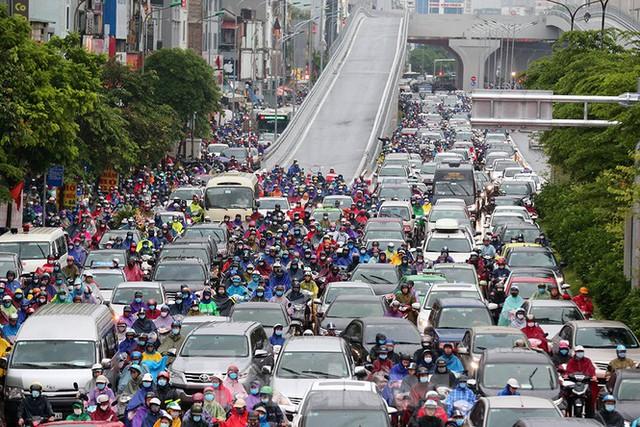 Ngày đầu tuần mưa lớn, nhiều tuyến phố Hà Nội ùn tắc dài - Ảnh 12.