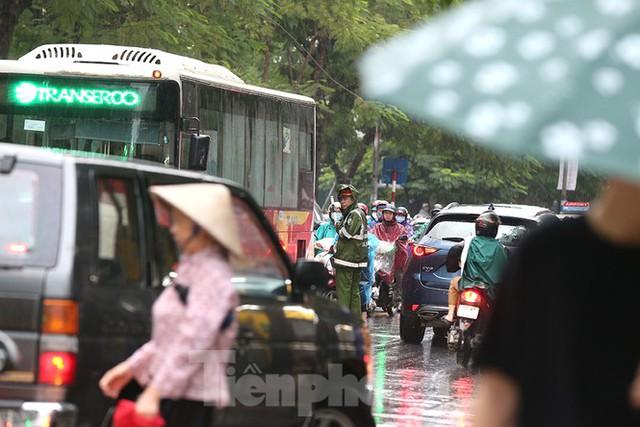 Ngày đầu tuần mưa lớn, nhiều tuyến phố Hà Nội ùn tắc dài - Ảnh 14.