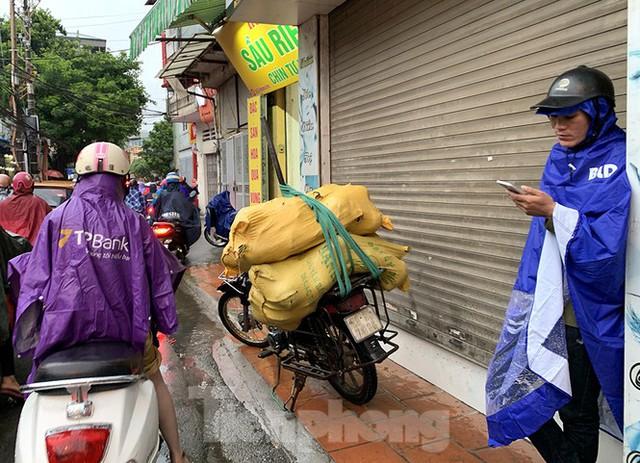 Ngày đầu tuần mưa lớn, nhiều tuyến phố Hà Nội ùn tắc dài - Ảnh 15.