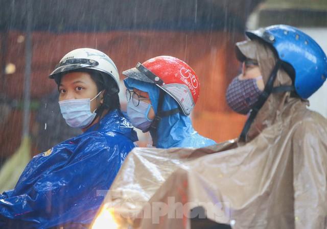 Ngày đầu tuần mưa lớn, nhiều tuyến phố Hà Nội ùn tắc dài - Ảnh 17.