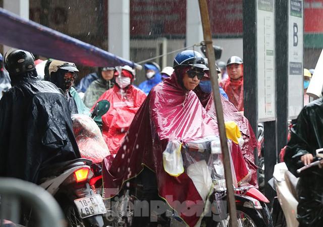 Ngày đầu tuần mưa lớn, nhiều tuyến phố Hà Nội ùn tắc dài - Ảnh 18.