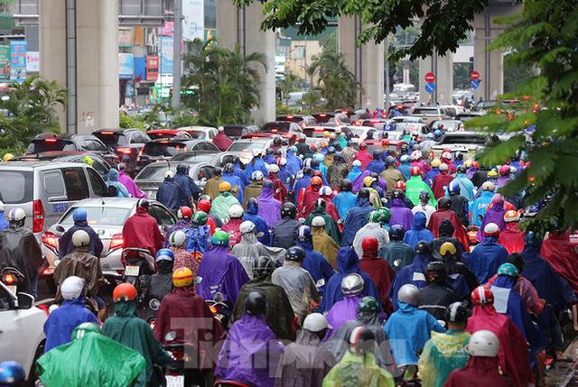 Ngày đầu tuần mưa lớn, nhiều tuyến phố Hà Nội ùn tắc dài - Ảnh 20.