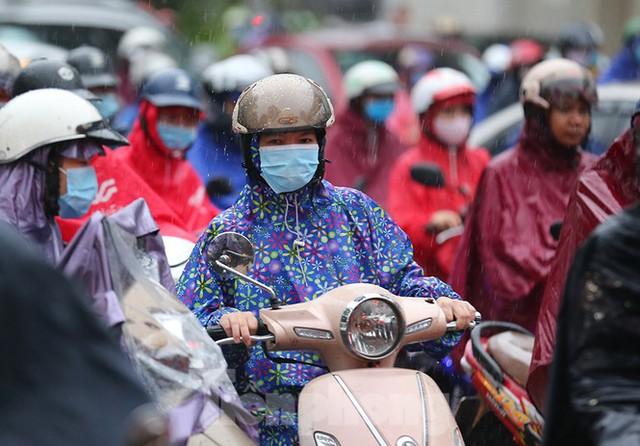 Ngày đầu tuần mưa lớn, nhiều tuyến phố Hà Nội ùn tắc dài - Ảnh 3.
