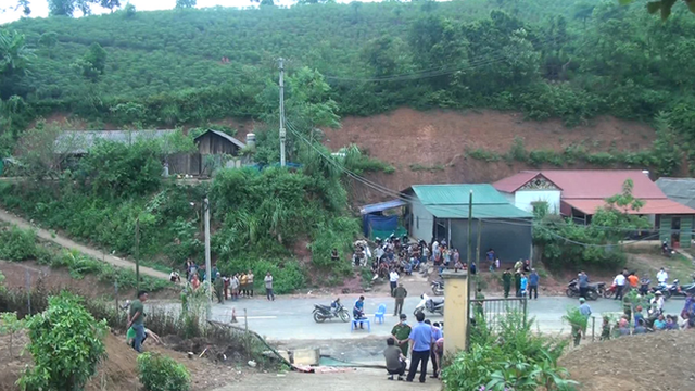 Sập cổng trường làm 3 HS tử vong: Cổng nằm trên nền dốc, mặt đất mềm nhão vì nhiều ngày mưa - Ảnh 2.