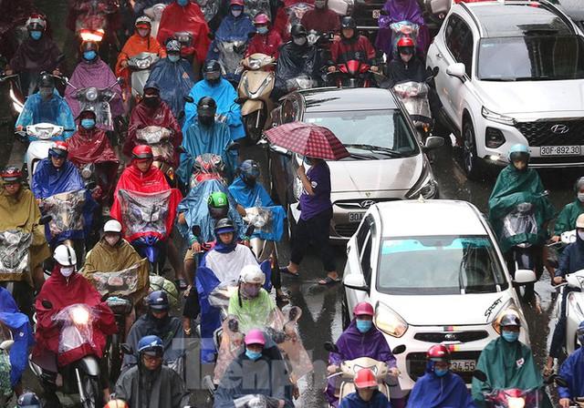 Ngày đầu tuần mưa lớn, nhiều tuyến phố Hà Nội ùn tắc dài - Ảnh 6.