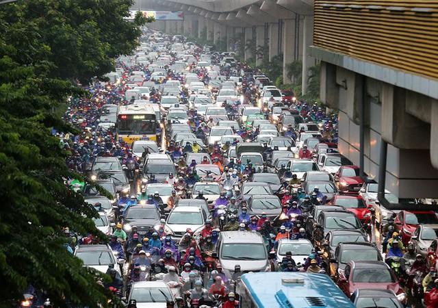 Ngày đầu tuần mưa lớn, nhiều tuyến phố Hà Nội ùn tắc dài - Ảnh 8.