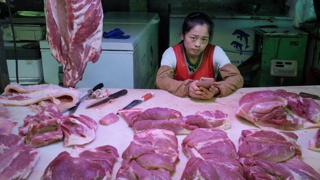Trung Quốc tiếp tục xả kho gần 13.000 tấn thịt lợn dự trữ ra thị trường - Ảnh 1.