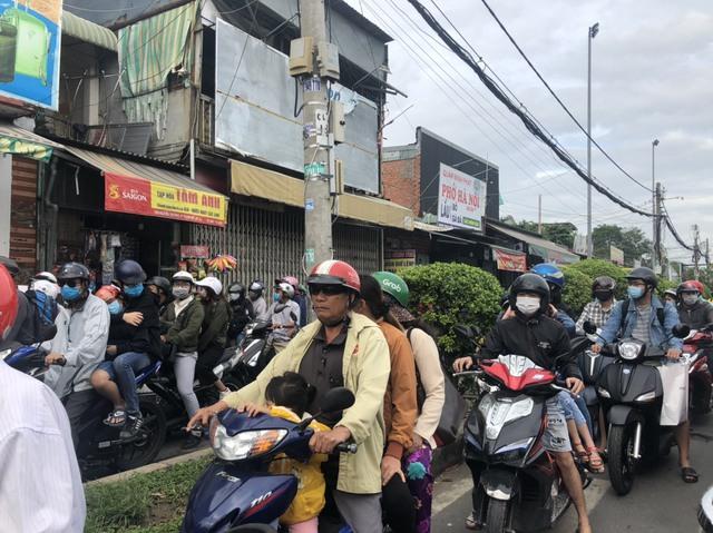 Cung đường kết nối Nhơn Trạch với Quận 2 (Tp.HCM) qua phà Cát Lái kẹt xe kinh hoàng, người dân mong chờ cầu Cát Lái  giải cứu - Ảnh 2.