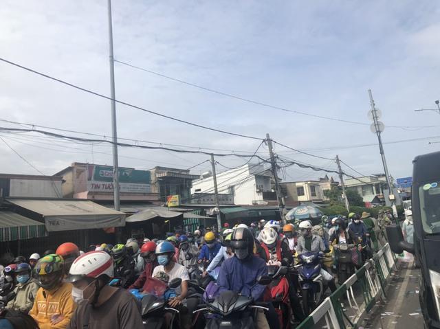 Cung đường kết nối Nhơn Trạch với Quận 2 (Tp.HCM) qua phà Cát Lái kẹt xe kinh hoàng, người dân mong chờ cầu Cát Lái  giải cứu - Ảnh 4.