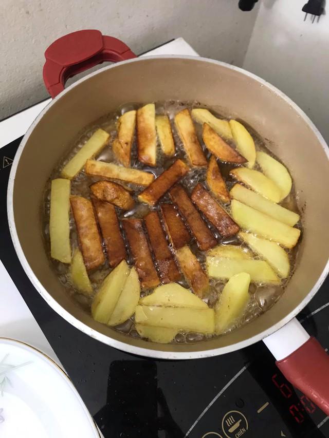Tiết kiệm đến mấy cũng không dùng 2 loại dầu ăn này để nấu nướng cho gia đình: Nhiều bà nội trợ Việt mắc sai lầm khiến người thân đối mặt với nguy cơ bệnh tật  - Ảnh 1.