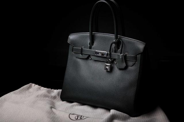 Đàn ông đeo Rolex, phụ nữ cầm Birkin: Không chỉ là phụ kiện, chiếc túi xa xỉ này đang trở thành khoản đầu tư giữ giá tốt hơn cả vàng - Ảnh 1.