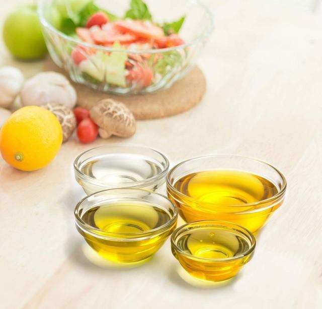 Tiết kiệm đến mấy cũng không dùng 2 loại dầu ăn này để nấu nướng cho gia đình: Nhiều bà nội trợ Việt mắc sai lầm khiến người thân đối mặt với nguy cơ bệnh tật  - Ảnh 2.