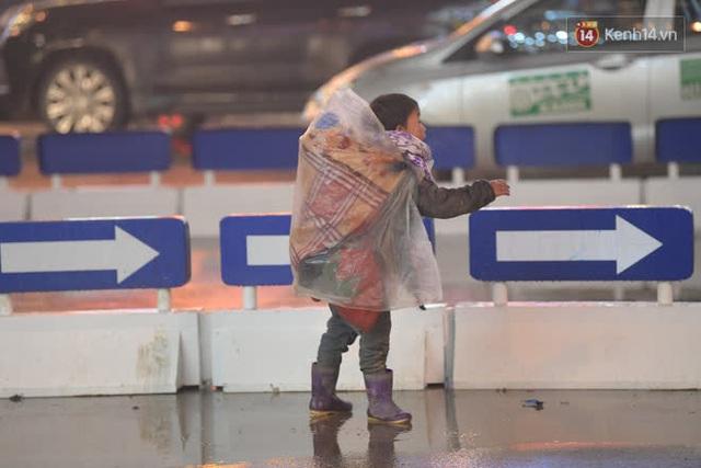 Chùm ảnh: Trẻ em ở Sa Pa bị đẩy ra đường bán hàng cho du khách dưới thời tiết 0 độ C - Ảnh 2.