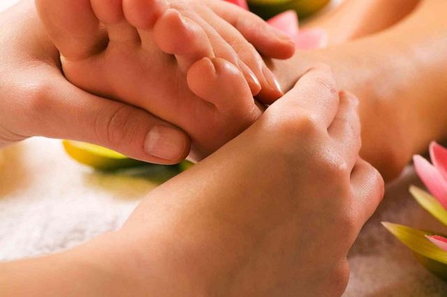 Đánh bay chứng bàn chân lạnh: Làm ngay một loạt các phương pháp từ massage bằng tinh dầu, uống trà gừng đến các bài tập - Ảnh 2.