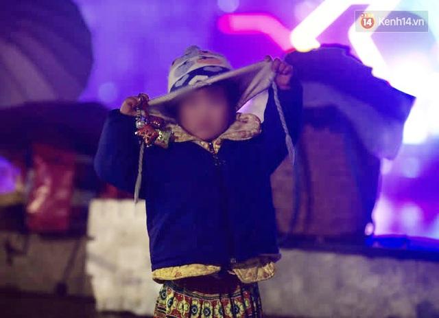 Chùm ảnh: Trẻ em ở Sa Pa bị đẩy ra đường bán hàng cho du khách dưới thời tiết 0 độ C - Ảnh 11.