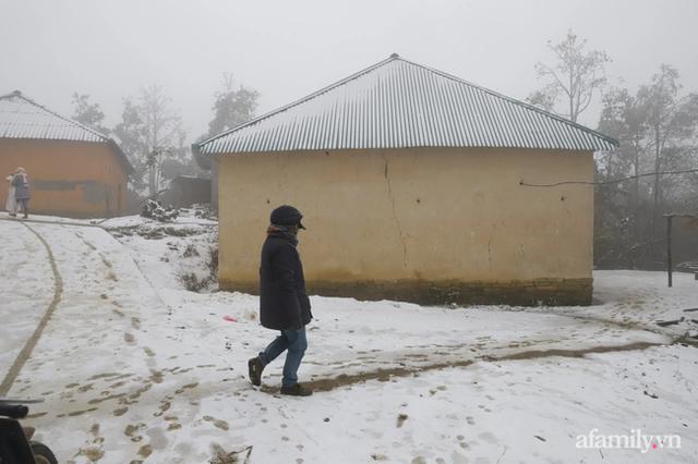 Ảnh: Đẹp ngỡ ngàng khung cảnh tuyết rơi phủ trắng đỉnh đồi Y Tý - Lào Cai, mùa săn tuyết chính thức bắt đầu! - Ảnh 11.