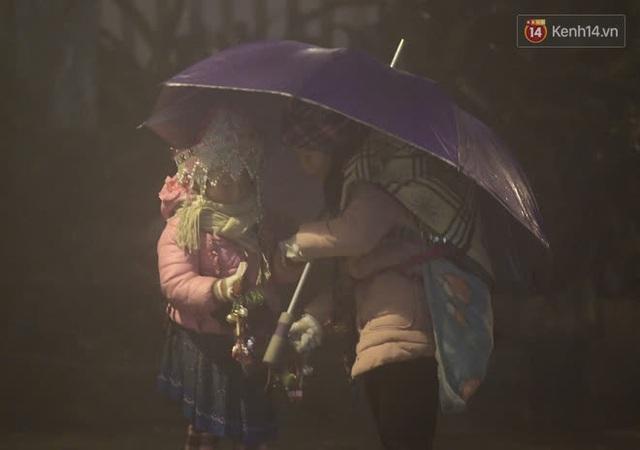 Chùm ảnh: Trẻ em ở Sa Pa bị đẩy ra đường bán hàng cho du khách dưới thời tiết 0 độ C - Ảnh 13.