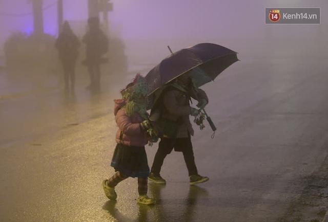 Chùm ảnh: Trẻ em ở Sa Pa bị đẩy ra đường bán hàng cho du khách dưới thời tiết 0 độ C - Ảnh 14.