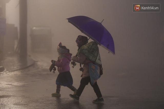 Chùm ảnh: Trẻ em ở Sa Pa bị đẩy ra đường bán hàng cho du khách dưới thời tiết 0 độ C - Ảnh 15.