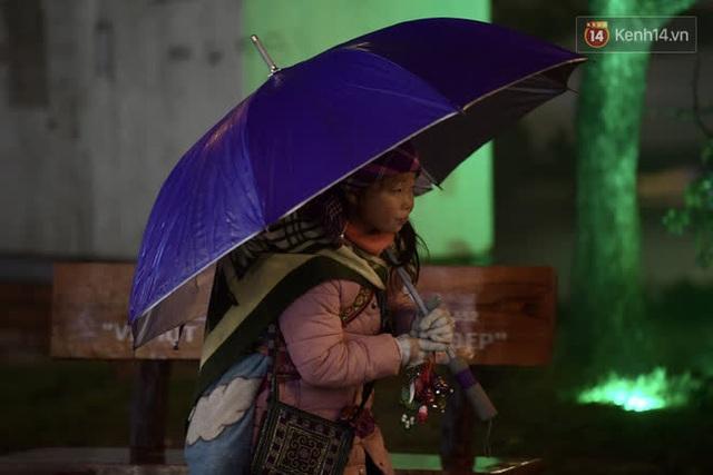 Chùm ảnh: Trẻ em ở Sa Pa bị đẩy ra đường bán hàng cho du khách dưới thời tiết 0 độ C - Ảnh 17.