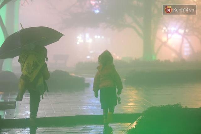 Chùm ảnh: Trẻ em ở Sa Pa bị đẩy ra đường bán hàng cho du khách dưới thời tiết 0 độ C - Ảnh 18.