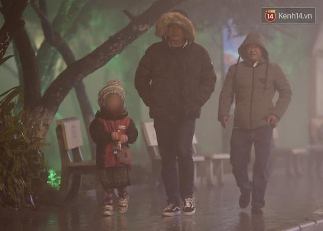 Chùm ảnh: Trẻ em ở Sa Pa bị đẩy ra đường bán hàng cho du khách dưới thời tiết 0 độ C - Ảnh 19.