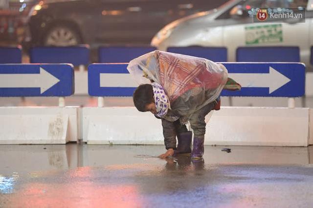 Chùm ảnh: Trẻ em ở Sa Pa bị đẩy ra đường bán hàng cho du khách dưới thời tiết 0 độ C - Ảnh 3.