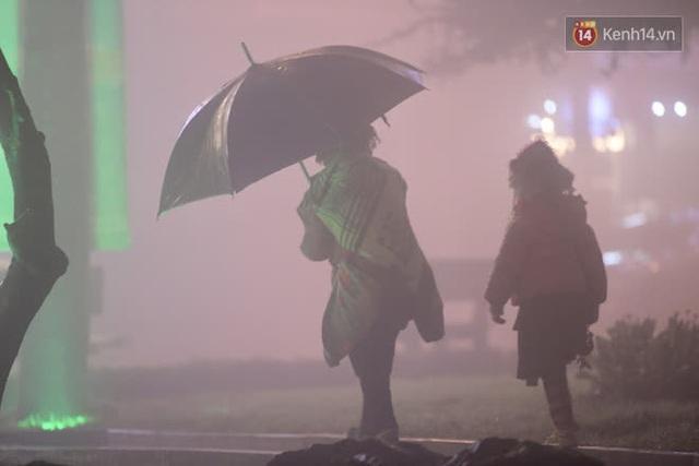 Chùm ảnh: Trẻ em ở Sa Pa bị đẩy ra đường bán hàng cho du khách dưới thời tiết 0 độ C - Ảnh 21.