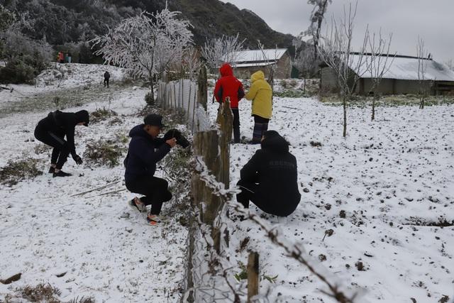 Ảnh: Đẹp ngỡ ngàng khung cảnh tuyết rơi phủ trắng đỉnh đồi Y Tý - Lào Cai, mùa săn tuyết chính thức bắt đầu! - Ảnh 21.