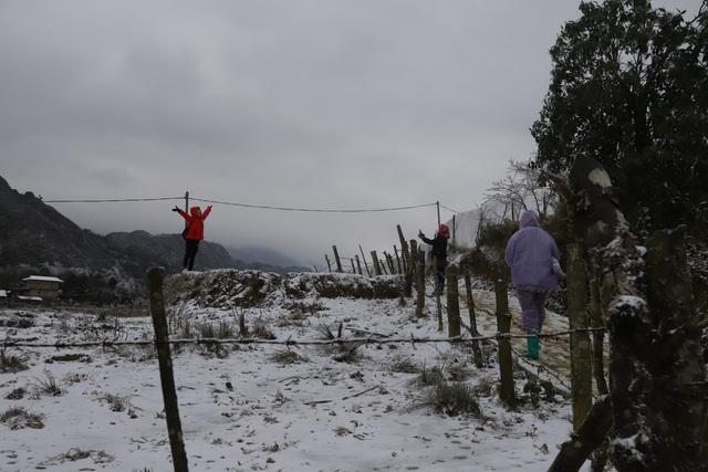 Ảnh: Đẹp ngỡ ngàng khung cảnh tuyết rơi phủ trắng đỉnh đồi Y Tý - Lào Cai, mùa săn tuyết chính thức bắt đầu! - Ảnh 22.