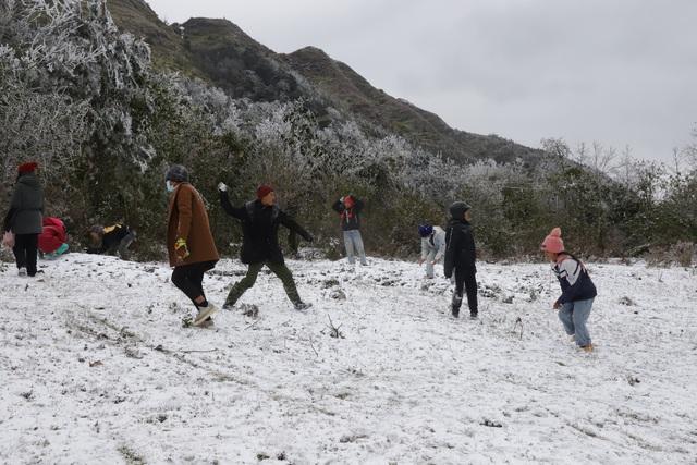 Ảnh: Đẹp ngỡ ngàng khung cảnh tuyết rơi phủ trắng đỉnh đồi Y Tý - Lào Cai, mùa săn tuyết chính thức bắt đầu! - Ảnh 24.