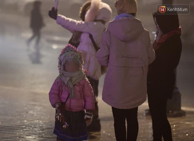 Chùm ảnh: Trẻ em ở Sa Pa bị đẩy ra đường bán hàng cho du khách dưới thời tiết 0 độ C - Ảnh 5.