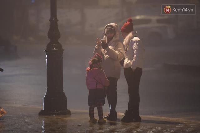 Chùm ảnh: Trẻ em ở Sa Pa bị đẩy ra đường bán hàng cho du khách dưới thời tiết 0 độ C - Ảnh 6.
