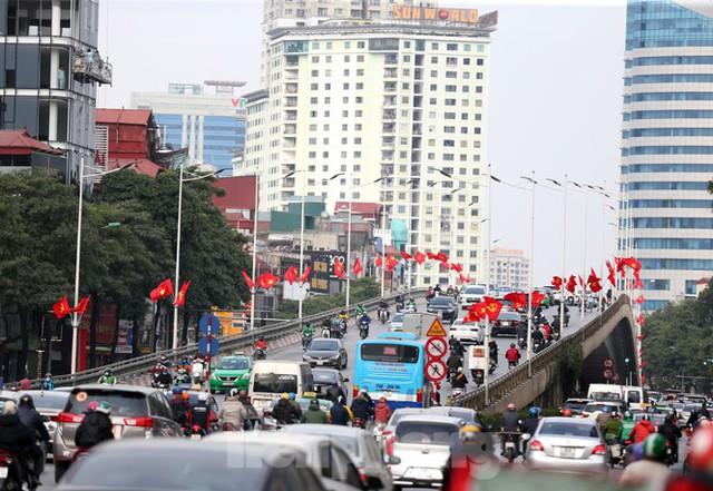 Hà Nội rực rỡ cờ, áp phích chào mừng Đại hội XIII của Đảng - Ảnh 1.