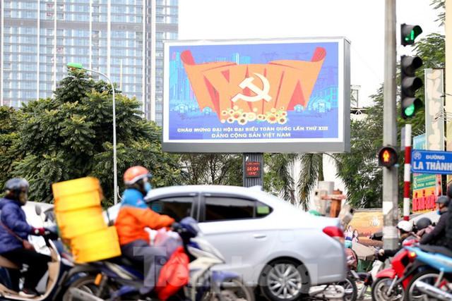 Hà Nội rực rỡ cờ, áp phích chào mừng Đại hội XIII của Đảng - Ảnh 2.