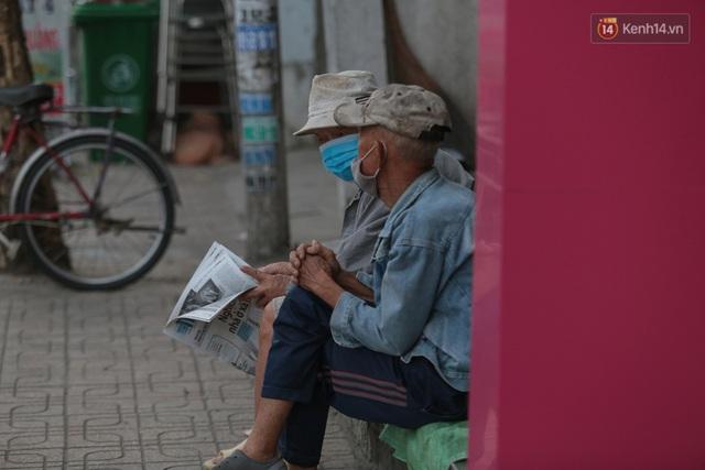 Ảnh: Nhiệt độ giảm còn 19 độ C, người Sài Gòn mặc áo ấm và quàng khăn nhưng vẫn co ro vì lạnh - Ảnh 2.