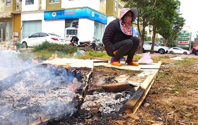 Rét cắt da cắt thịt, người dân vơ củi nhóm lửa sưởi ấm mưu sinh ở TP Vinh - Ảnh 1.