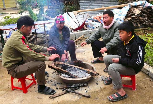 Rét cắt da cắt thịt, người dân vơ củi nhóm lửa sưởi ấm mưu sinh ở TP Vinh - Ảnh 2.