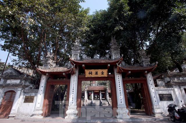 Nhiều người Hà Nội tranh thủ nghỉ trưa đi lễ Tứ trấn ngày mùng 1 cuối cùng của năm - Ảnh 1.