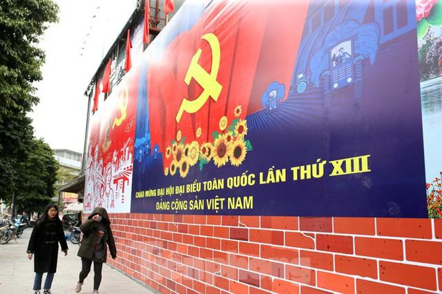 Hà Nội rực rỡ cờ, áp phích chào mừng Đại hội XIII của Đảng - Ảnh 11.